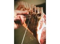 Carré 10 côtes de cochon Fermier manchonné et bardé de ventrèche plate de porc Noir de Bigorre